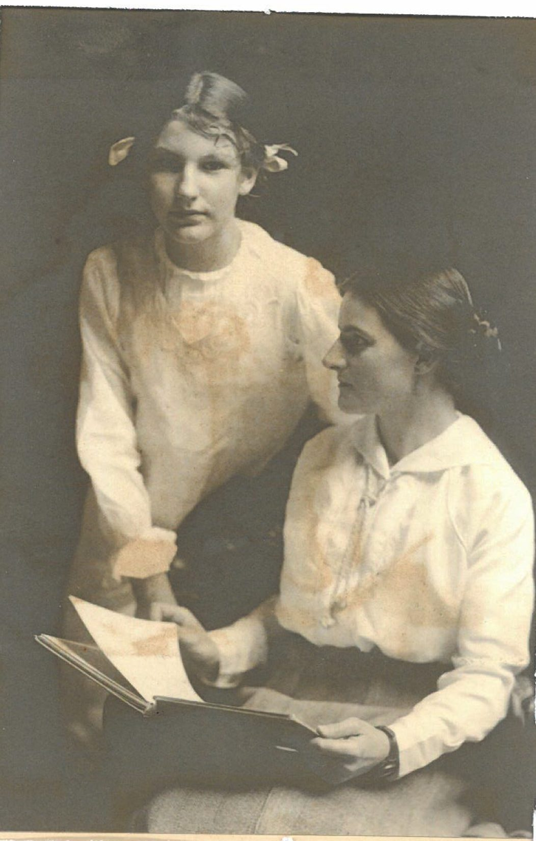 Mme de Holle and Unknown person